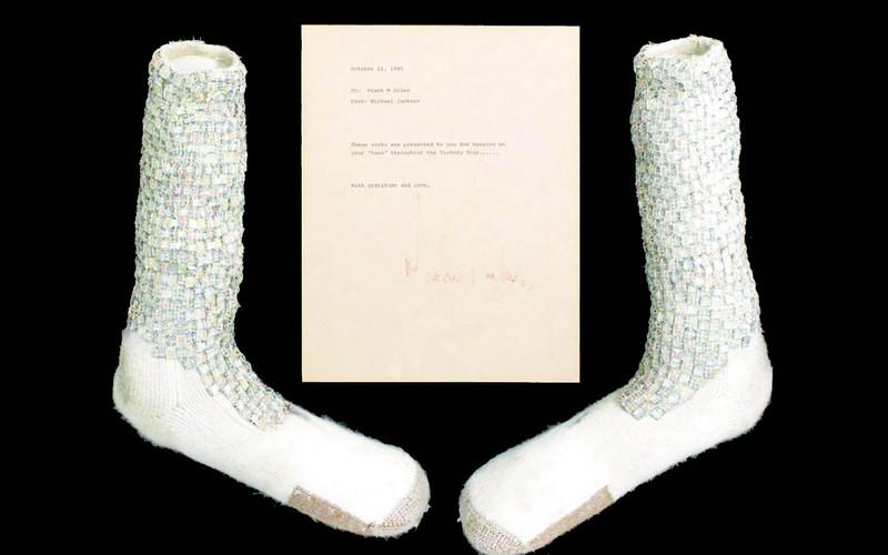 Photo of عرض جوارب مايكل جاكسون «مشية القمر» بأكثر من مليون دولار