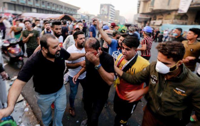 Photo of قتلى وعشرات الجرحى في محاولة قوات الأمن إخلاء ساحات في بغداد من المتظاهرين