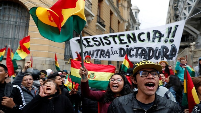 Photo of معارضو بوليفيا يسيطرون على الإذاعة والتلفزيون