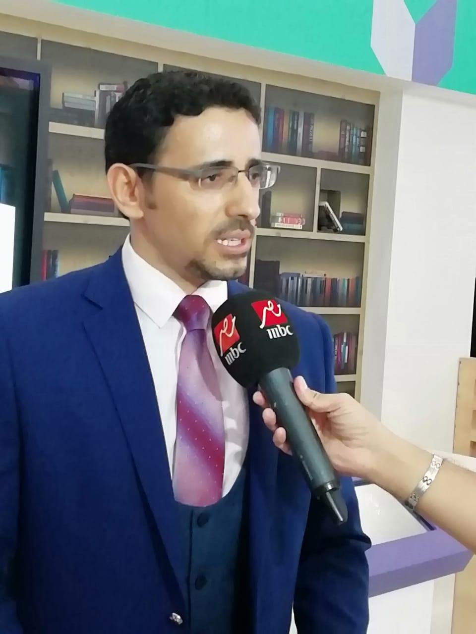 Photo of عبد الظاهر يوقع كتاب صحافة الذكاء الاصطناعي بمعرض الشارقة