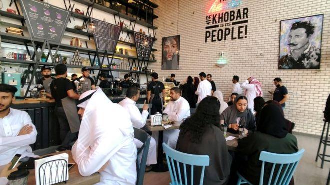 Photo of السماح بدخول النساء والرجال إلى المطاعم من نفس الباب في السعودية